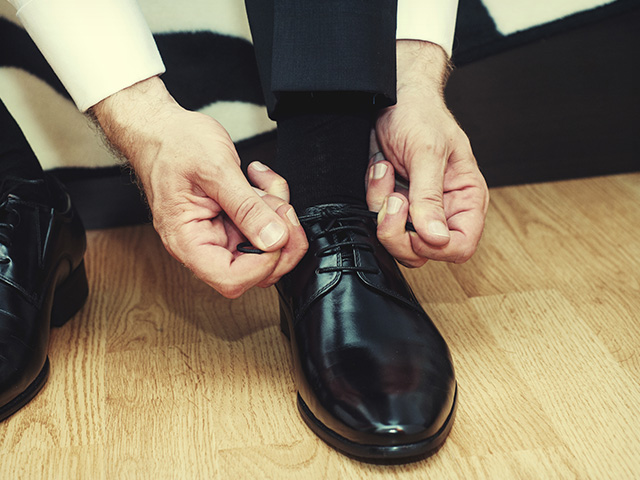 hombre-poniendose-zapatos