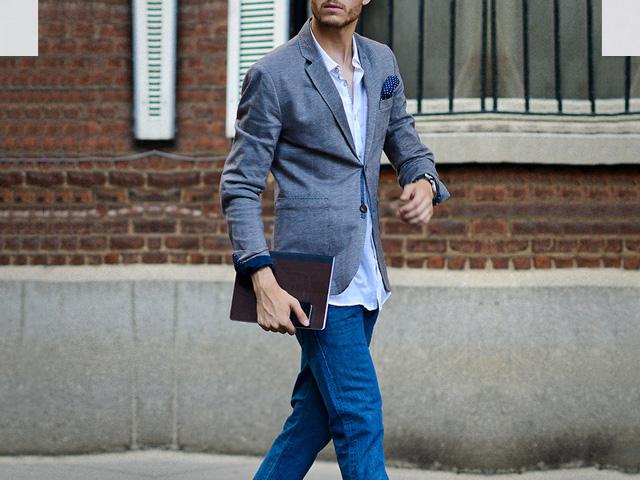 b2e19626d48f5 Si usas jeans azules es mejor que sea en un tono oscuro y que los combines  con una camisa blanca y un saco oscuro. De igual manera los podrías  combinar con ...