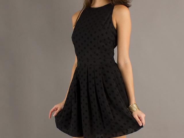 Vestido negro que accesorios usar